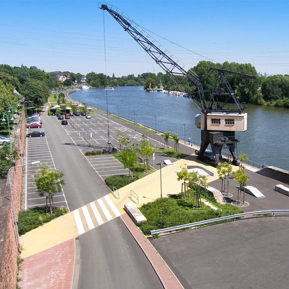 Historischer Ladekran am Mainufer in Frankfurt Höchst